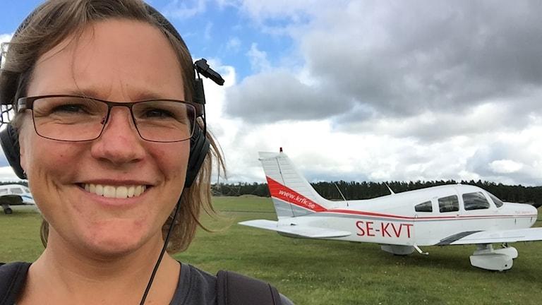 """Wivan-Kristina Sandberg provar på att """"ratta"""" ett flygplan"""