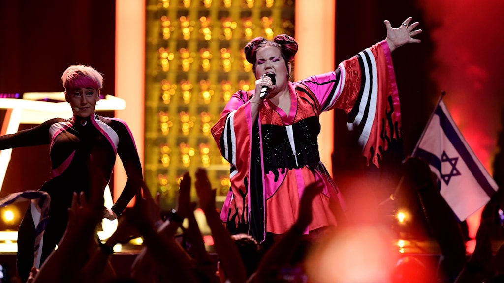 kvinna sjunger