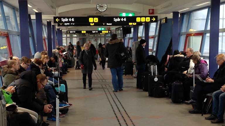 Människor sitter i en korridor på Resecentrum i Hässleholm.
