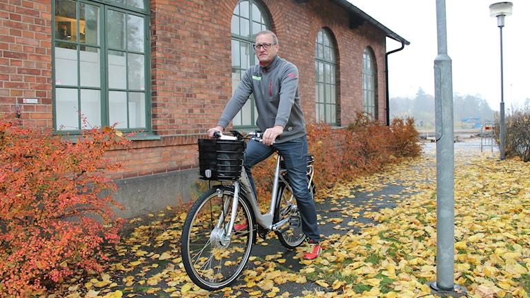 Ulf Mohlin på elcykel.