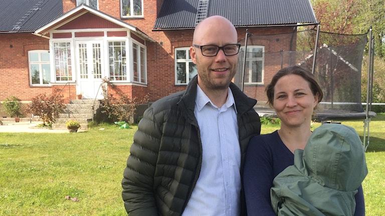 Mattias Langeskär och Johanna Mattsson in sin trädgård där de hittade delar av ett gammalt skelett.