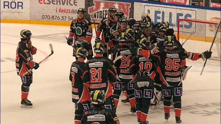 KIK-spelarna firar efter storsegern mot Valbo HC.