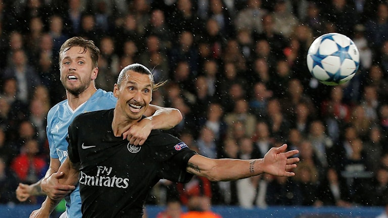 Kári Árnason i närkamp med Zlatan Ibrahimovic.