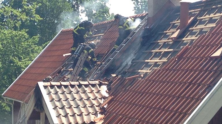 Tak där brandmän jobbar med att släcka brand.