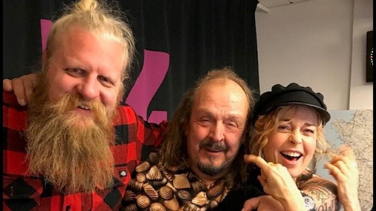 Olle Jönsson i Lasse Stefanz tillsammans med Johan Pettersson och Matilda Alborn.