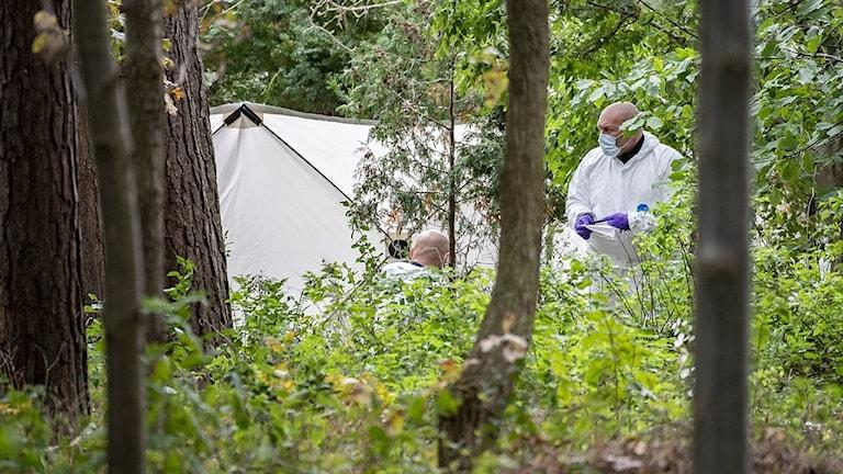 POlisens tekniker undersöker brottsplatsen.