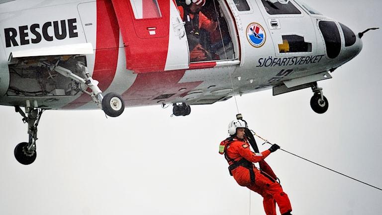 Man vinschas från räddningshelikopter