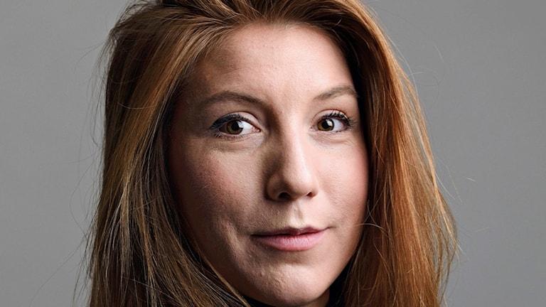 Kvinna med mörkt hår och bruna ögon.