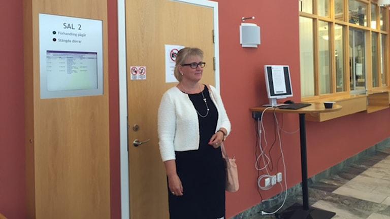 Åklagare Eva Norberg utanför häktningsförhandlingen.