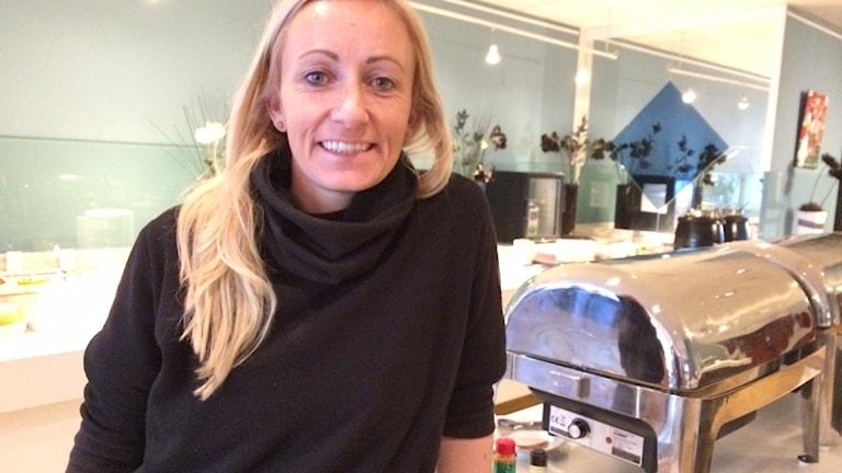 KDFF-tränaren Elisabeth Gunarsdottir framför frukostbuffén som Umeå laddar med lördagmorgon.