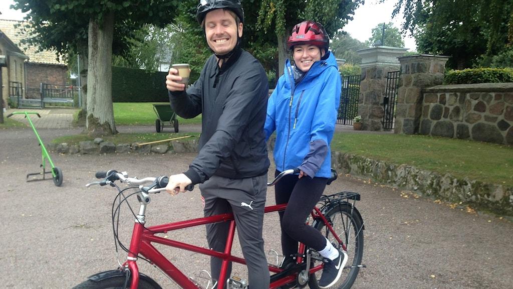 Man och kvinna på tandemcykel