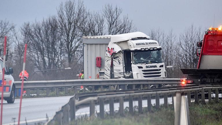 En lastbil som sladdat in i mitträcket bärgas från inre ringvägen i Malmö på söndagsförmiddagen.