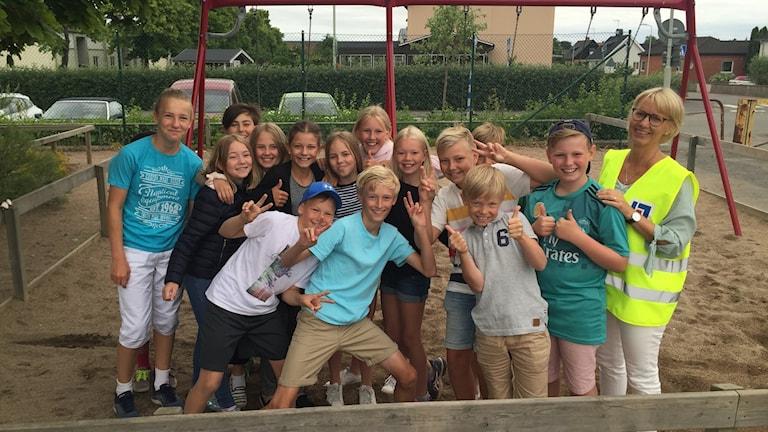 Barn på en skolgård.