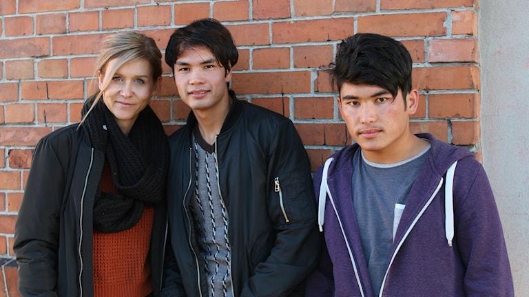 Malin, Ali och Rahmat tänder ljus för framtiden.