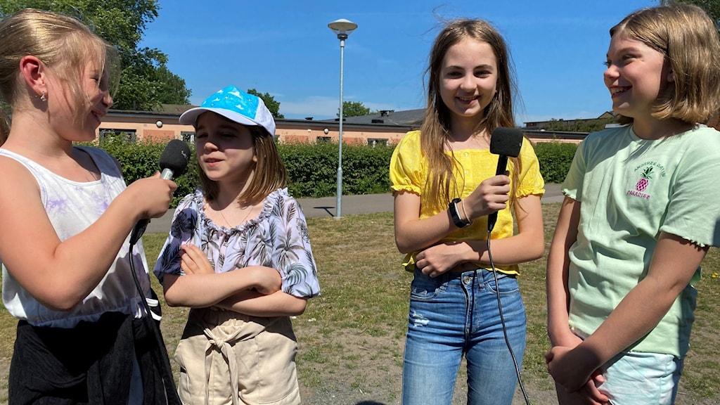 Fyra flickor står i gräset utanför Perstorps kulturskola.