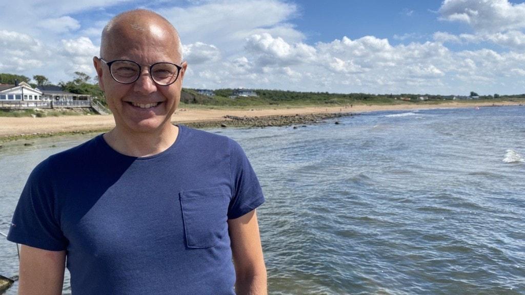 Tunnhårig man på en strand