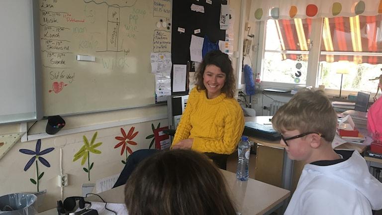 Eline Visser, doktorand och språkvetare som besökte Villanskolan i Ängelholm. Även Casper Windahl och Alexandra Dugel syns på bilden.