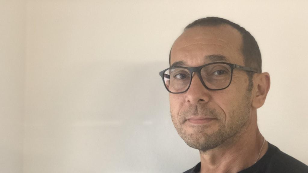 en man i glasögon i svart tröja