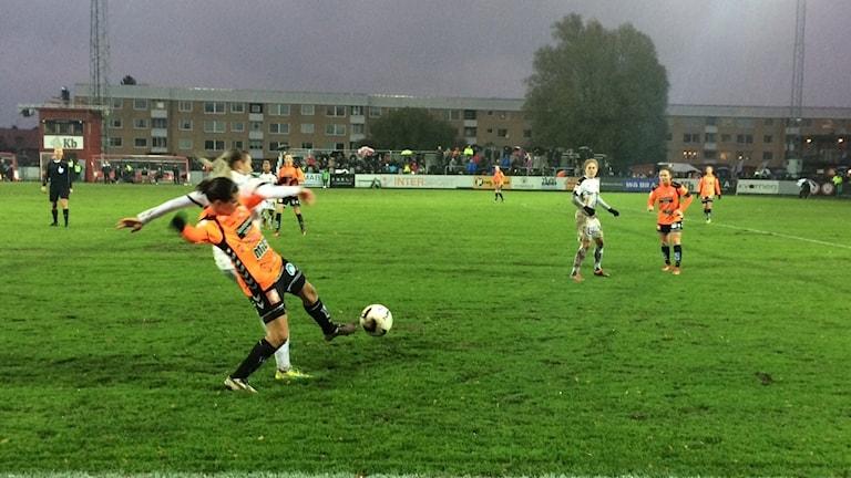 Planen var sjöblöt när KDFF mötte Umeå i ödesmatchen.