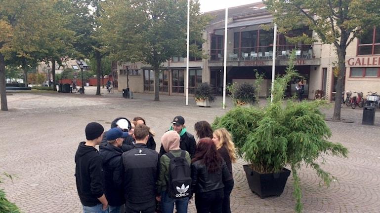 Några ungdomar står utanför biblioteket i Ängelholm.