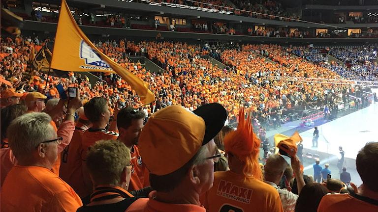 IFK-klacken i spänd förväntan under nationalsången