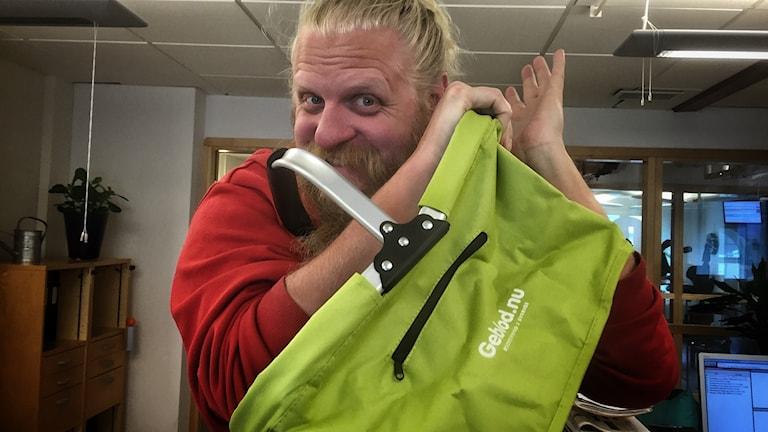 Pettersson gav blod i dag och fick sig en picknickväska för besväret!