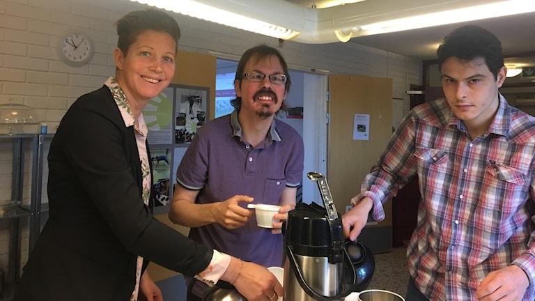 Malin Andersson, aktivitetssamordnare, Jimmy Elofsson och Nils Taghinejad var med och bjöd in till  Solgårdens öppna hus.