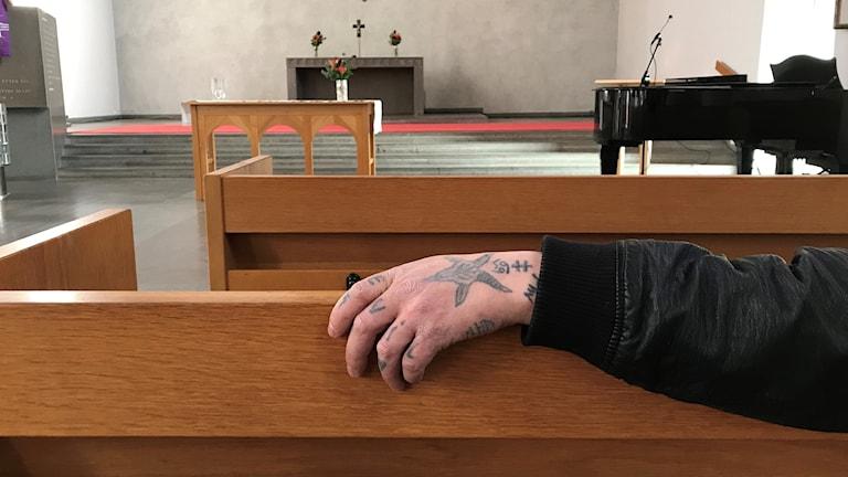Hand över kyrkbänk