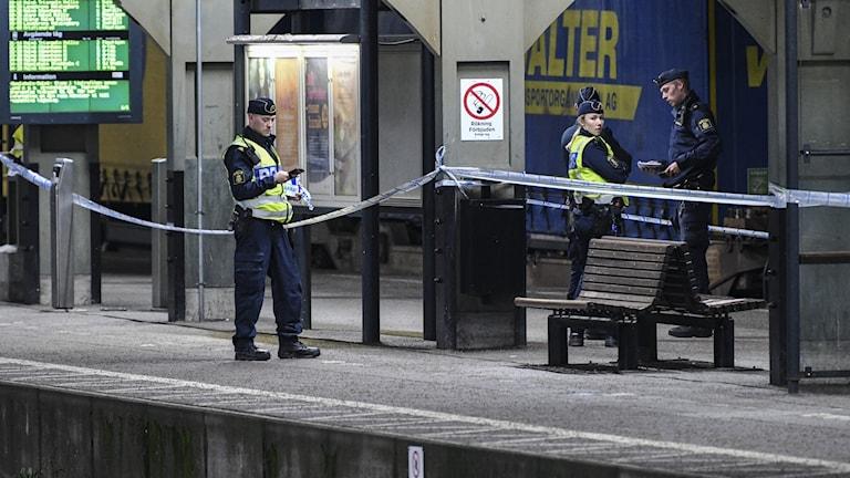 Polis på plats efter att en kvinna blivit  påkörd av ett tåg på Lund central vid halv elva-tiden på måndagskvällen.