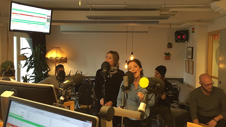 Paula Wright Band sjunger i studion.