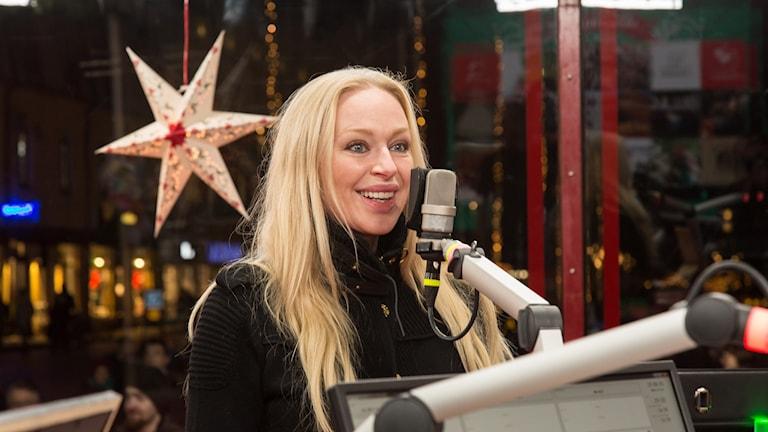 Blond kvinna i studio