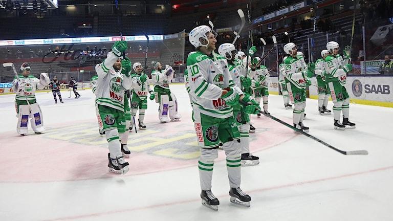 Glada Röglespelare firar en seger. Foto: Jeppe Gustafsson/TT.