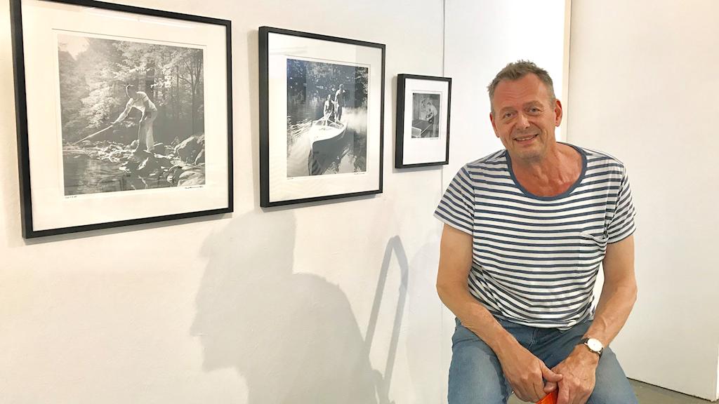 Johan Pettersson framför tre av Dag Hammarskjölds fotografier.