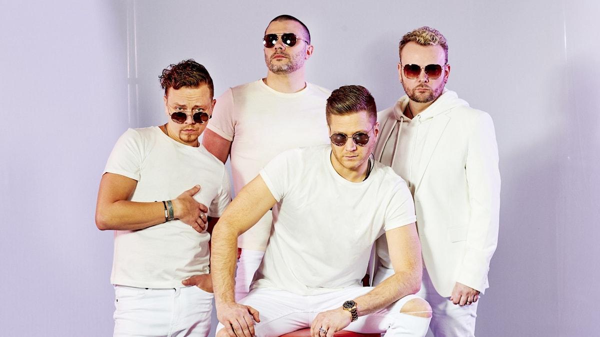 Fyra män i vitt