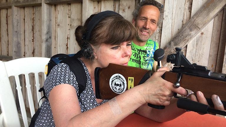 Reporter Gunilla Nordström fick prova skytte med Hyllstofta skytteförening och Ola Persson.