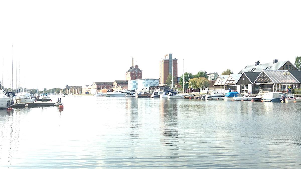 Vy över hamninloppet i Åhus.