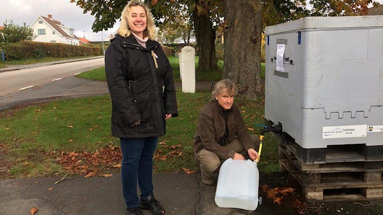 Ann-Sofie Adermark och Håkan Berg är två av byborna som sedan flera veckor hämtar sitt dricksvatten från en tank.