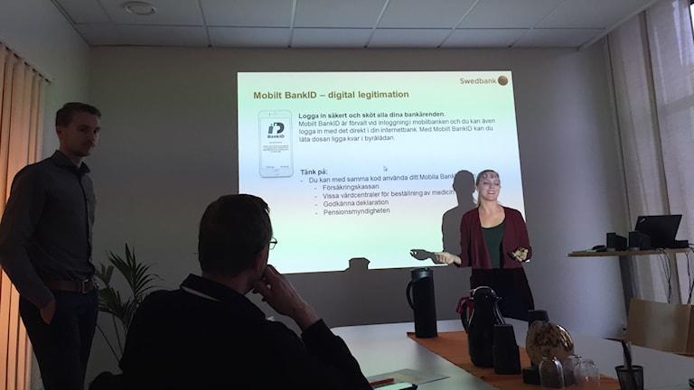 Marcus Eriksson och Emelie Sjöstrand har utbildat över 800 nordvästskåningar i digitala bankkunskaper under hösten.