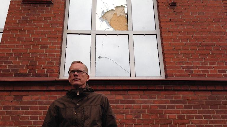 Kristian Nilsson vid krossat fönster