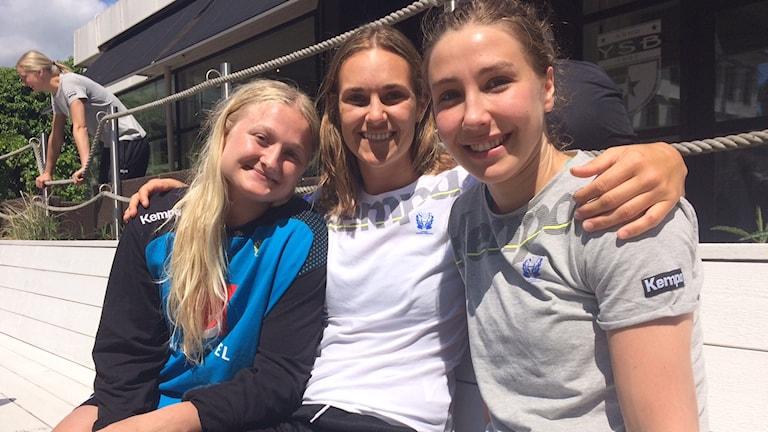 Hanna Blomstrand, Sabina Jacobsen och Anna Lagerqvist njuter i solen i Ystad.