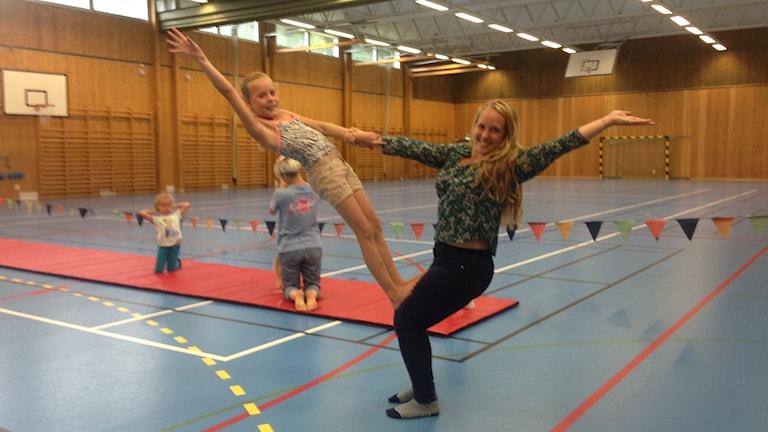 Anneli De Wahl och Julia Treudsson visar upp ett akrobattrick.