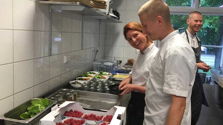 En idé som föddes i köket har blivit en del av restaurangens grepp mot matsvinnet. Kökschefen Ludvig Odeholm och Annelie Bohm.