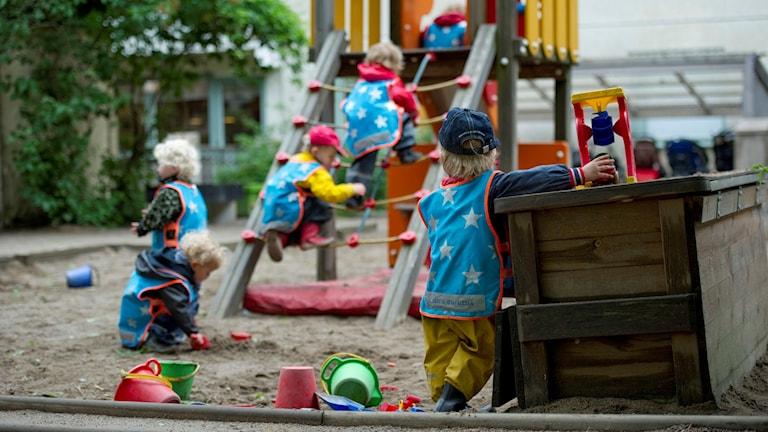Barn på en lekplats