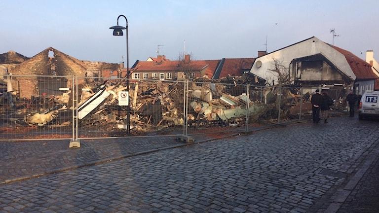 Många passerar förbi för att bevittna ödeläggelsen efter branden i SImrishamn.