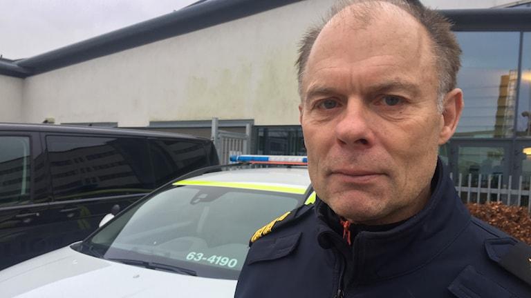 Lokalpolisområdeschefen Sven Holgersson i Helsingobrg utanför polishuset.
