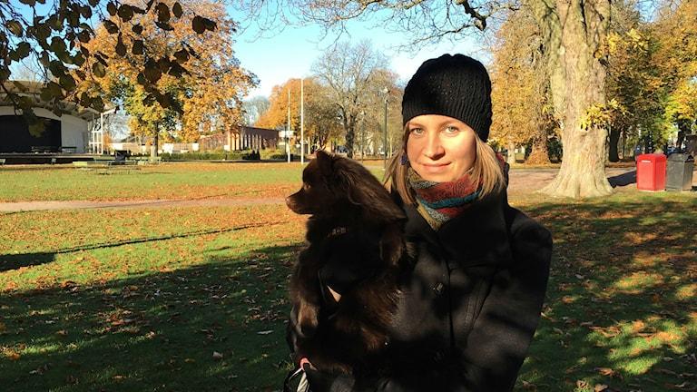 Henna Helistekangas och hunden Zera i Tivoliparken.