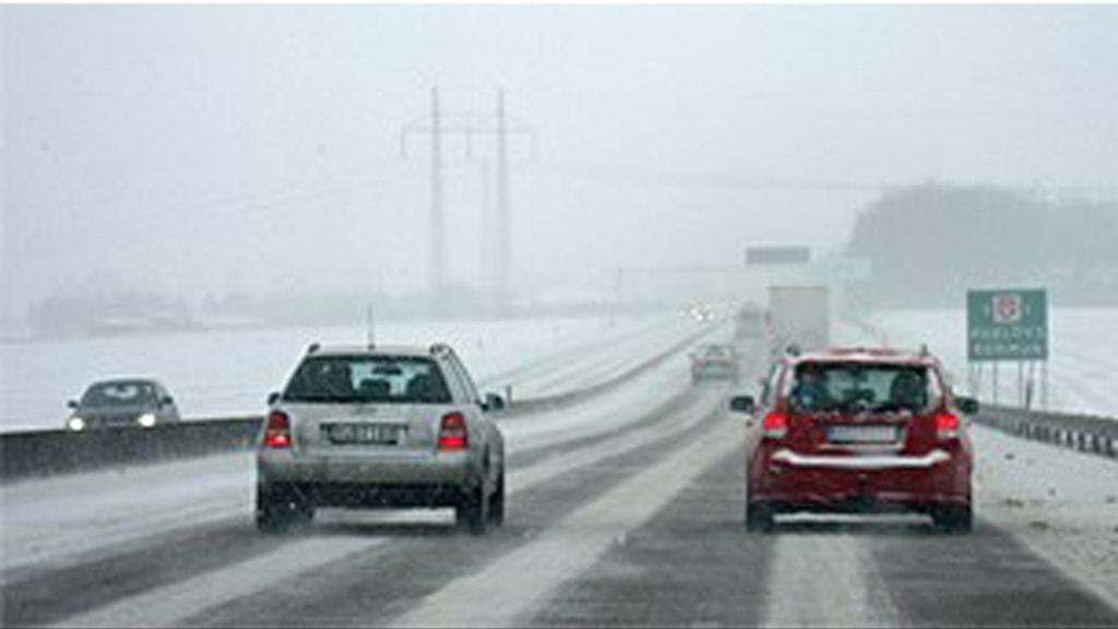 Snöfallet gör många vägar hala. Foto: Tobias Wallin/SR