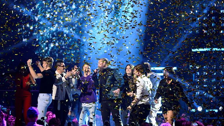Artister på scen med konfetti.