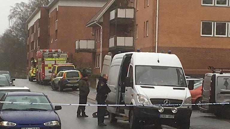 Nationella bombskyddet är just nu i Hässleholm då en privatperson har hittat ett misstänkt föremål under en bil.