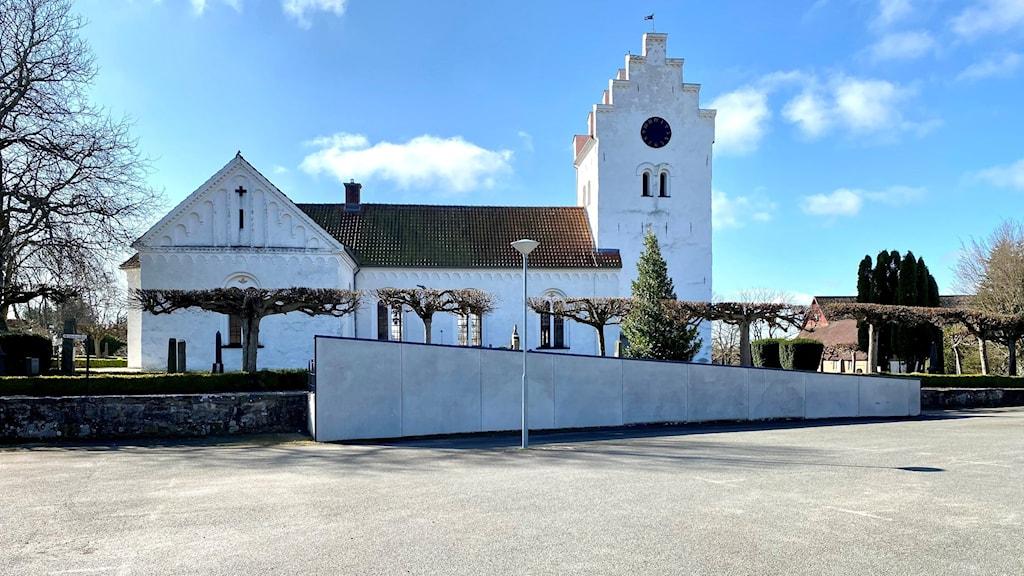 Medeltida kyrka med en ramp som leder upp till den.